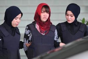 ด่วน ถิ เฮือง ผู้ต้องหาชาวเวียดนามในคดีลอบสังหาร คิม จองนัม พี่ชายผู้นำเกาหลีเหนือ ถูกตำรวจหญิงมาเลเซียคุมตัวออกจากศาลสูงเมืองชาห์อะลัม ภายหลังศาลปฏิเสธถอนฟ้องคดีฆาตกรรมและไม่อนุมัติคำขอปล่อยตัวในวันนี้ (14 มี.ค.)