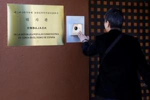 นักข่าวเกาหลีใต้กดกระดิ่งที่ประตูของสถานทูตเกาหลีเหนือในสเปน