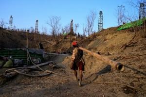 ชาวพม่าแห่เจาะน้ำมันดิบเสี่ยงโชคหวังแจ็คพอตรวยข้ามคืน