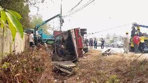สลด! รถบรรทุกพ่อค้ากระบือชนเสาไฟคว่ำ คนดับคาที่ 2 ทับควายตายรวดเดียว 16 เจ็บอีก 4