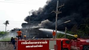 เพลิงไหม้โรงงานผลิตเม็ดพลาสติกรีไซเคิล  ราชบุรี  วอดทั้งอาคาร