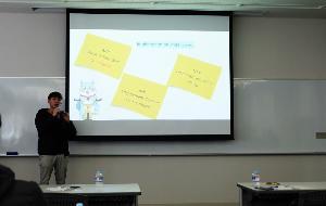มหาวิทยาลัยธรรมศาสตร์ ศูนย์รังสิต ภายใต้ชื่อทีม    ทีมญี่ปุ่นยืนหนึ่ง บรรยายโครงการที่ทำมาให้เจ้าหน้าที่จากญี่ปุ่นรับทราบ