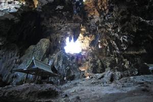 บริเวณด้านในถ้ำเขาชะอางค์