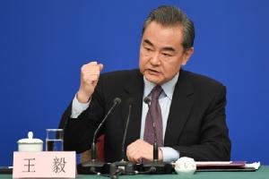 <i>หวัง อี้ มนตรีแห่งรัฐและรัฐมนตรีต่างประเทศจีน ขณะให้สัมภาษณ์ผู้สื่อข่าวที่กรุงปักกิ่งเมื่อวันที่ 8 มี.ค. </i>