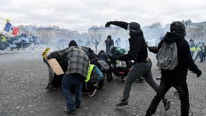 """ประท้วง """"เสื้อกั๊กเหลือง"""" กลับมารุนแรงอีกครั้งในปารีส หลังคนบางตาหลายเดือน"""