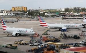 <i>โบอิ้ง 737 แม็กซ์ 8 ของอเมริกันแอร์ไลนส์ 2 ลำจอดอยู่ในท่าอากาศยานนานาชาติไมอามี รัฐฟลอริดา เมื่อวันที่ 14 มี.ค. ตามคำสั่งฉุกเฉินห้ามขึ้นบินของทางการสหรัฐฯที่ออกมาก่อนหน้านั้น 1 วัน </i>
