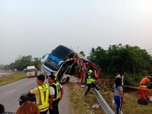เศร้า! รถบัสสองชั้นเสียหลักตกถนนที่ปราจีนฯ ครู-นักเรียน ร.ร.บ้านโคกน้ำเกี้ยง ตาย 1 เจ็บ 19