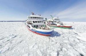 ล่องเรือตัดน้ำแข็งออโรร่าไปในทะเลโอคอตส์ก (ภาพจากเว็บ http://aba-aurora.seesaa.net)