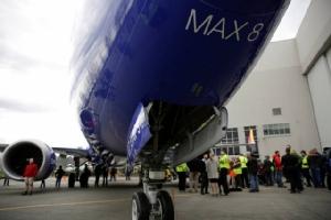 พนักงานของบริษัทโบอิ้ง ขณะยืนแสดงความยินดี กับเครื่องบิน 737 แม็กซ์ 8 ที่ผลิตให้กับสายการบินเซาท์เวสต์แอร์ไลน์ อันเป็นการฉลองการผลิต 737 ลำที่ 10,000 เมื่อวันที่ 13 มีนาคม 2561 (แฟ้มภาพรอยเตอร์ส)