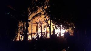 สุดระทึก! ไฟไหม้ศูนย์พักพิงผู้ลี้ภัยบ้านแม่ลามาหลวง วอด 9 หลังรวด