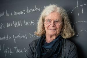 """ผู้หญิงคนแรกที่ได้รับ """"เอเบิลไพร์ซ"""" รางวัลสูงสุดสาขาคณิตศาสตร์"""
