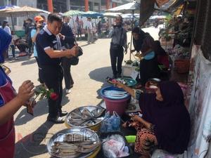 หัวหน้าพรรคเสรีรวมใจไทยตะลุยตลาดอ้อนพ่อค้าแม่ค้าสตูลทิ้งทวนโค้งสุดท้าย