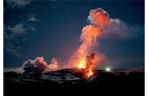 ภาพภูเขาไฟ Eyjafjallajokull ใน Iceland ปะทุเมื่อปี 2010  (HALLDOR KOLBEINS / AFP/GETTY IMAGES)