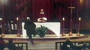 ผู้ชมช็อค!!ได้ดูถ่ายทอดสด มือมืดไล่แทงบาทหลวงขณะประกอบพิธีในโบสถ์(ชมคลิป)