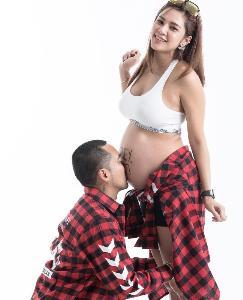 """ตั้งครรภ์ไม่เป็นอุปสรรค! """"อุ้ม ลักขณา"""" นุ่งบิกินี่อวดท้อง 8 เดือน ในสระว่ายน้ำ"""