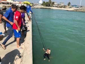 ระทึก! กู้ภัยช่วยชีวิตแม่เฒ่ากระโดดสะพานเทียบเรือริมทะเลหัวไทร รอดหวุดหวิด