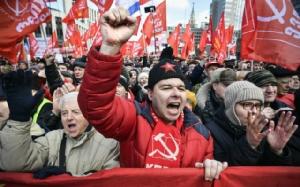 """พรรคคอมมิวนิสต์นำ """"ชาวรัสเซียหลายพัน"""" เดินประท้วงนโยบายรัฐบาล"""