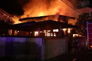 ไฟไหม้บ้านเรือนประชาชนย่านรังสิต วอด2หลัง ลุงเดินไม่ได้หวิดถูกคลอก