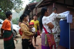 ชาวบ้านสะเน่พ่อง ชาวไทยเชื้อสายกระเหรี่ยง ออกมาใช้สิทธิกันอย่างคึกคัก