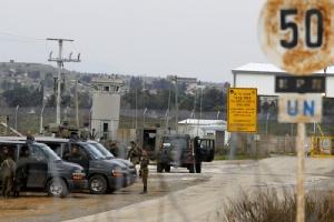 <i>ทหารอิสราเอลยืนรักษาการณ์อยู่ที่จุดข้ามแดนกูเนตรา (Quneitra) ในที่ราบสูงโกลานซึ่งอิสราเอลยึดครองเอาไว้ เตรียมรับมือกับการเดินขบวนประท้วงที่คาดว่าจะเคลื่อนมาจากชายแดนฝั่งซีเรีย เพื่อคัดค้านเรื่องที่ประธานาธิบดีโดนัลด์ ทรัมป์ ของสหรัฐฯ ประกาศจะยอมรับว่าอิสราเอลมีอธิปไตยเหนือโกลาน (ภาพถ่ายเมื่อ 23 มี.ค.) </i>