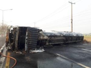 รถบรรทุกน้ำมันพลิกคว่ำ ไฟลุกท่วมวอดทั้งคัน