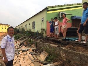 อบต.บ่อวิน สั่งระงับสร้างโครงการหมู่บ้านจัดสรร หลังชาวบ้านร้องทำบ้านร้าว กำแพงทรุด