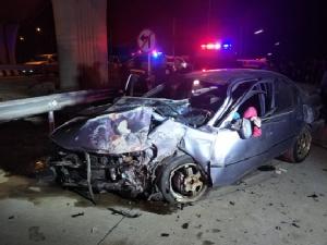 รถเก๋งหลุดโค้งชนแบริเออร์กั้นคลองบางหลวง ตาย 1 เจ็บ 4