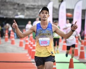สนธยา ศรีน้อย นักวิ่งจากชมรมมิตรภาพ 51 วิ่งนำโด่งเข้าเส้นชัยทำเวลา 1.17.57 ชั่วโมง คว้าแชมป์โอเวอร์ออล ชาย ระยะฮาล์ฟมาราธอน 21 กม.