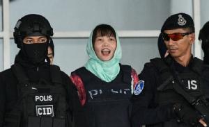 ด่วน ถิ เฮือง ผู้ต้องหาชาวเวียดนามในคดีลอบสังหาร คิม จองนัม ถูกตำรวจมาเลเซียคุมตัวลงจากศาลสูงเมืองชาห์อะลัมวันนี้ (1 เม.ย.) โดย เฮือง ได้ยอมรับสารภาพข้อหาที่เบากว่าการฆาตกรรม และศาลได้พิพากษาให้จำคุกเธอเป็นเวลา 3 ปีกับอีก 4 เดือน