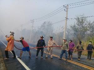 ไทย-ลาวร่วมด้วยช่วยกันดับไฟผลาญป่าอนุรักษ์ดอยภูคา-ผาแดงวอดกว่า 1 พันไร่ หวิดลามด่านห้วยโก๋น