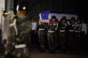 """ศพ """"ทูตวีรชัย พลาศรัย"""" ถึงไทย สมเกียรติ ตั้งบำเพ็ญกุศลวัดมกุฏกษัตริยาราม"""