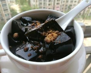 เฉาก๊วยใส่นำตาลแดง ขอบคุณภาพจาก https://www.xiachufang.com/recipe/102957054/