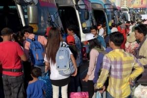 """""""ฮุนเซน"""" จัดรถโดยสารให้ประชาชนนั่งกลับ ตจว.ฟรี ช่วงปีใหม่เขมร"""