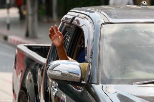 """""""ธนาธร"""" ขึ้นรถแห่ขอบคุณชาว กทม.เลือกพรรคอนาคตใหม่"""