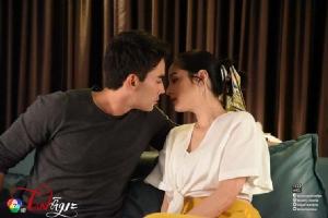 """""""หลุยส์-ขวัญ"""" เคลิ้มฝันจูบกัน กลางห้องคาราโอเกะ"""