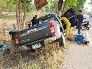 สลด! คนขับกระบะจากชลบุรีวูบรถพุ่งชนต้นไม้อย่างจัง เมีย-แม่ยายเสียชีวิต ญาติอีก 7 คนบาดเจ็บ