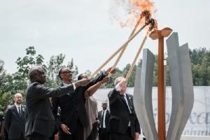 <i>(จากซ้าย) ประธานสหภาพแอฟริกา มุสซา ฟาคี, ประธานาธิบดีรวันดา พอล คากามา, ฌอนเนตต์ ภรรยาของเขา, และประธานคณะกรรมาธิการยุโรป ฌอง-โคลด จุงเกอร์ ร่วมกันจุดเปลวเพลิงเตือนย้ำความทรงจำ ในวาระรำลึกครบรอบ 25 ปีเหตุการณ์ฆ่าล้างเผ่าพันธุ์ปี 1994 ณ อนุสรณ์สถานฆ่าล้างเผ่าพันธุ์คิกาลี ในกรุงคิกาลี ประเทศรวันดา เมื่อวันอาทิตย์ (7 เม.ย.) </i>