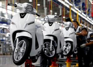 รถสกู๊ตเตอร์ไฟฟ้าที่อยู่ระหว่างการประกอบภายในโรงงาน Vinfast Auto and Motorcycle ในนครหายฟ่อง. -- Reuters/Kham.