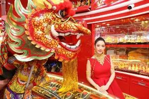 """""""แอฟ"""" ห่มทองคำ 1.7 ล้าน! เปิดห้างค้าทองเยาวราช สาขาพาราไดซ์ พาร์ค"""
