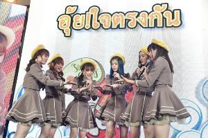 """BNK48"" ฮอตไม่หยุด!!! ล่าสุดคว้าพรีเซนเตอร์ ""เถ้าแก่น้อยทินเท็น"" ปลาหมึกแผ่นเคลือบซอสไข่เค็มครั้งแรกในเมืองไทย"