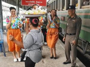 ตร.หาดใหญ่นำชุดมวลชนสัมพันธ์ ร้องรำทำเพลงที่สถานีรถไฟรับนักท่องเที่ยว