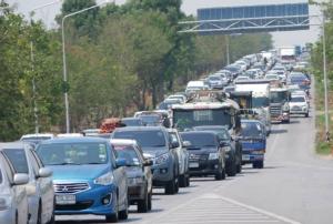 """""""ถนนมิตรภาพ"""" หนึบต่อเนื่อง! คนอีสานทะลักกลับบ้าน ตร.เปิดช่องทางพิเศษยาวเร่งระบายรถ"""