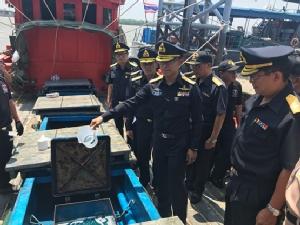 กรมศุลจับยึดเรือประมงลอบขนน้ำมันเถื่อนกว่าแสนลิตรเข้าไทย