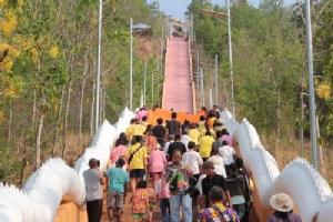 ชาวสหัสขันธ์แห่ผ้าอังสะขึ้นบันไดสวรรค์ 654 ขั้นเสริมสิริมงคลปีใหม่ไทย
