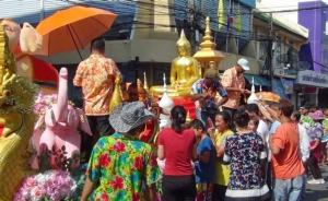 ทม.ฉะเชิงเทรา จัดขบวนแห่องค์หลวงพ่อโสธร ให้ ปชช. สรงน้ำ เนื่องในวันขึ้นปีใหม่ไทย