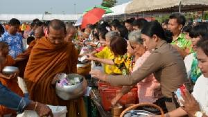 เถลิงศกใหม่! พ่อเมืองอุดรฯ นำ ปชช.ตักบาตรรับปีใหม่ไทย