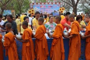 ชาวภูเก็ตร่วมทำบุญตักบาตร สรงน้ำพระ ขอพรในวันปีใหม่ไทย