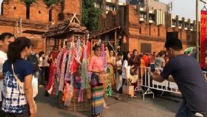 ชาวเชียงใหม่ร่วมตักบาตรวันขึ้นปีใหม่เมืองเปิดสงกรานต์ 62 ชมแม่ญิงขี่รถถีบกางจ้อง
