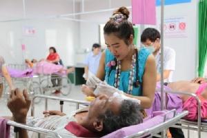 สีสันสงกรานต์! หมอ-พยาบาล รพ.มหาสารคาม แต่งชุดไทยให้บริการผู้ป่วย