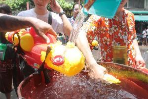 นักท่องเที่ยวเล่นสาดน้ำ ต้อนรับสงกรานต์ ถนนข้าวสารคึกคัก ตร.คุมเข้มความปลอดภัย
